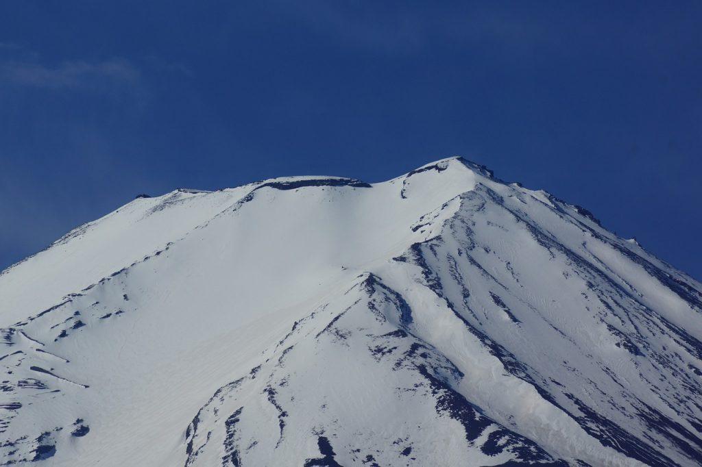 富士山の頂上付近で登山家が目にする光景のイメージ